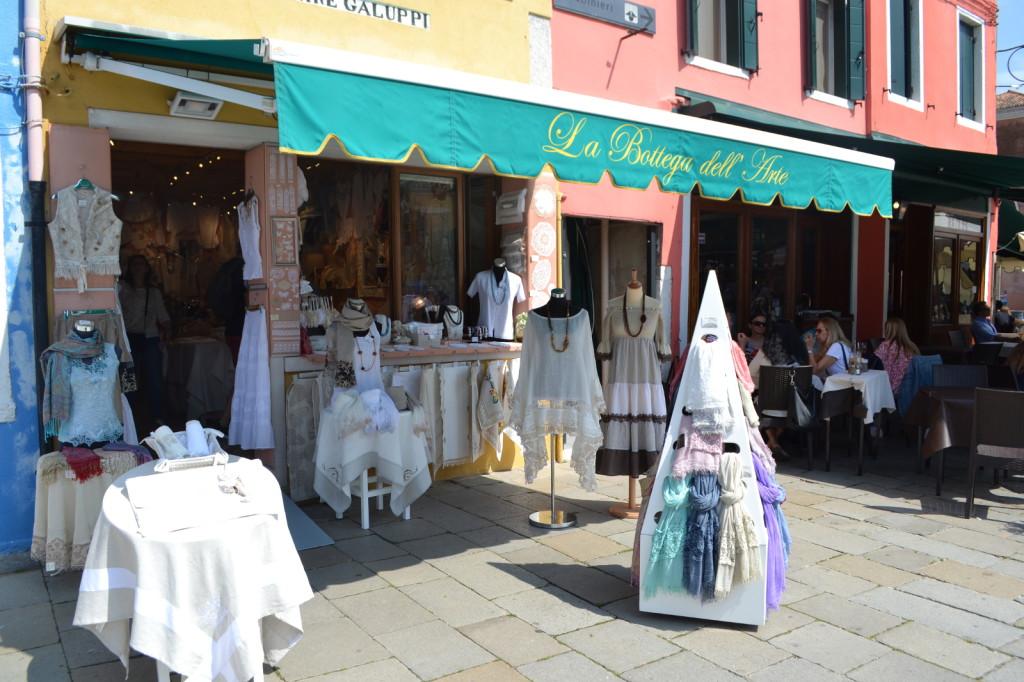 Negozio di merletti in piazza a Burano